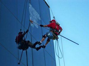 Quy trình vệ sinh kính tòa nhà cao tầng và các biện pháp an toàn khi tiến hành.