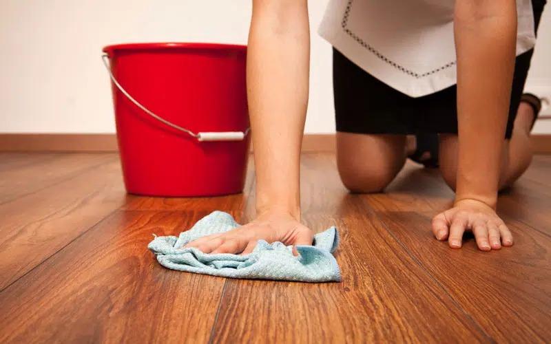 Sử dụng rẻ lau khô để vệ sinh đồ đạc trong thời tiết nồm ẩm