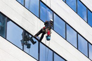 Những điều cần lưu ý khi vệ sinh kính mặt ngoài tòa nhà